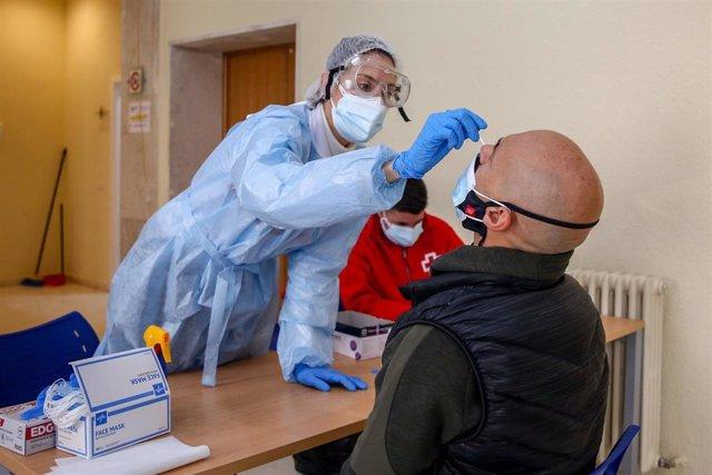 Una sanitaria realiza un test de antígenos a un hombre