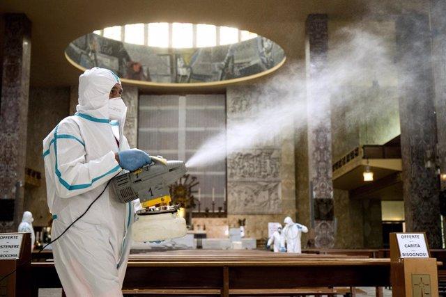 Trabajos de desinfección en una iglesia de Roma durante la pandemia de coronavirus en Italia