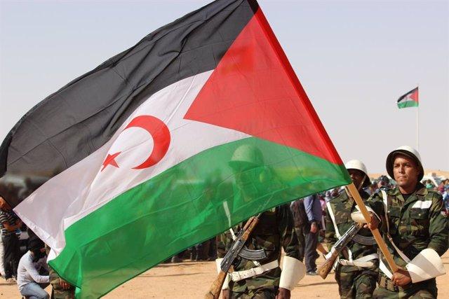 Tropas saharauis con la bandera de la RASD