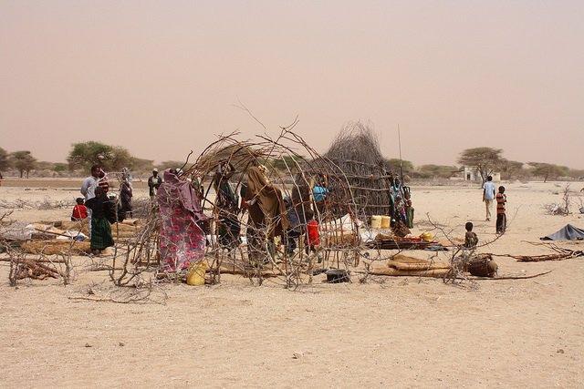 Un grupo de mujeres construyendo una nueva cabaña en Grifto, África