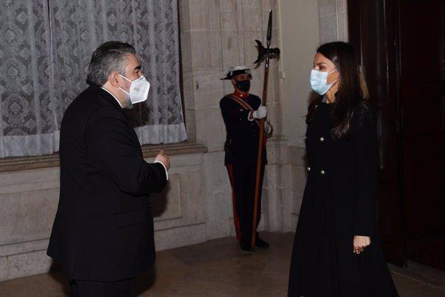 Doña Letizia recibe el saludo del ministro de Cultura y Deporte, José Manuel Rodríguez Uribes, a su llegada al Palacio Real de Madrid (España) a 03 de diciembre de 2020.