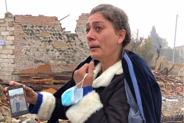 Shaira Guliyeva, de 47 años, muestra su casa destrozada por un ataque armenio con un misil balístico en territorio azerí