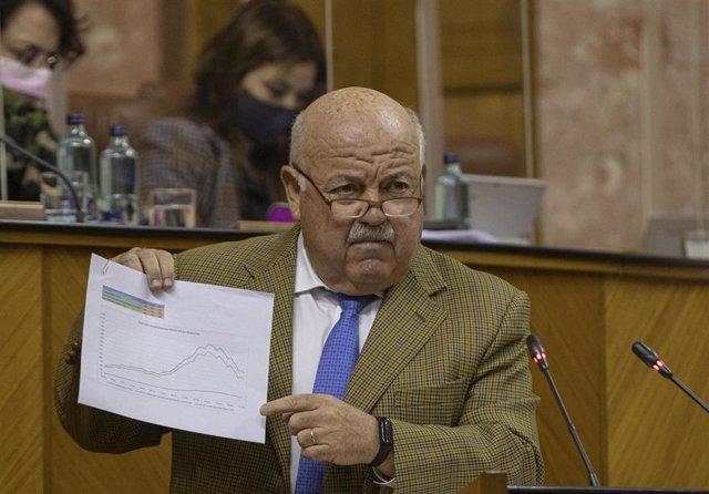 El consejero de Salud y Familias, Jesús Aguirre, en una foto de archivo en el Parlamento andaluz.