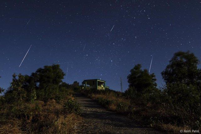 Una imagen de los meteoros Gemínidas en diciembre de 2013. Los meteoros son las rayas brillantes, sobre un fondo de estrellas.