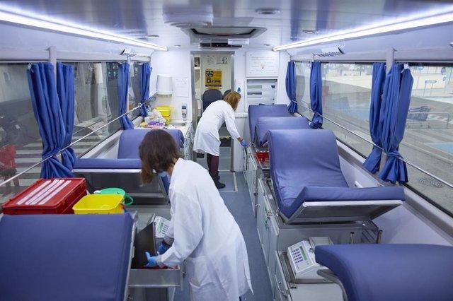 Dos enfermeras trabajan durante una campaña de donación de sangre de Cruz Roja, en el centro Comercial La Gavia, en Madrid (España), a 15 de noviembre de 2020.