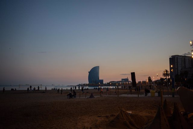 L'Hotel W Barcelona i la platja de la Barceloneta. Barcelona, Catalunya (Espanya), 16 de novembre del 2020.