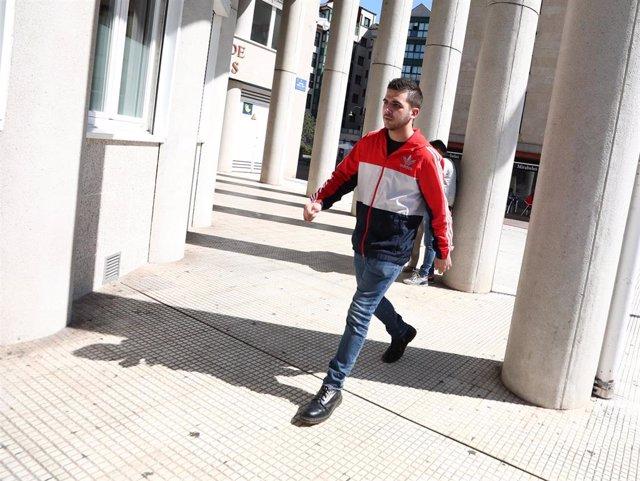 El joven que en 2015 agredió a Mariano Rajoy, Andrés de V.F, también conocido como Capi, a su llegada a los Juzgados de Pontevedra por su implicación en la agresión a un dirigente de Vox.