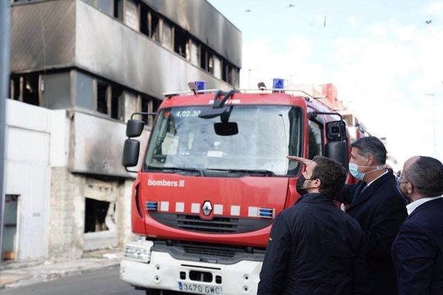 El líder del PP, Pablo Casado, visita la zona afectada por el incendio de una nave en Badalona (Barcelona). Le acompaña Xavier García Albiol y Alejandro Fernández. En Badalona (Barcelona), a 11 de diciembre de 2020.