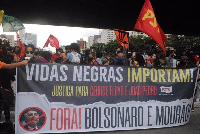 Manifestación por la muerte de un hombre negro a manos de personal de seguridad privada en supermercado, en el norte de Porto Alegre, sur de Brasil.
