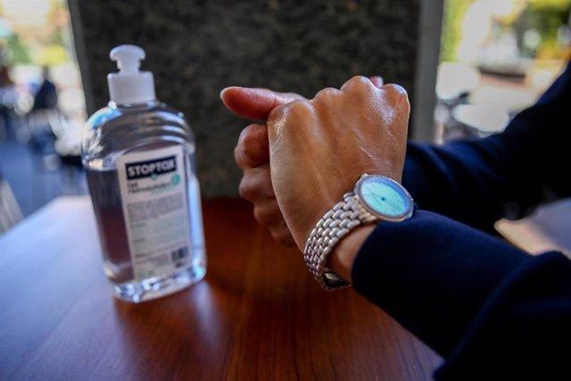 Una persona se desinfecta las manos con gel hidroalcohólico, en Madrid, (España), a 16 de octubre de 2020. Según Investigadores de la Universidad de Medicina de Kioto, en Japón, el Covid-19 es capaz de permanecer en la piel humana hasta 9 horas, a diferen