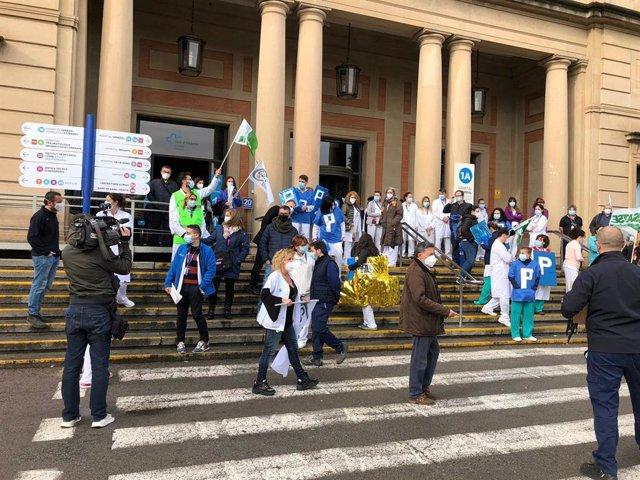 Concentració de professionals sanitaris a les portes de l'Hospital Vall d'Hebron de Barcelona.