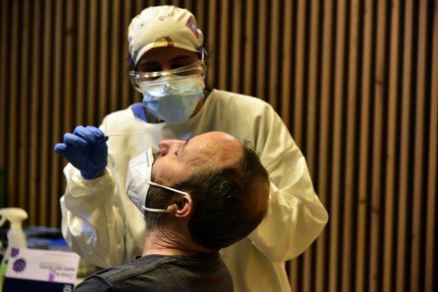 Realización de test de antígenos de detección del COVID-19 en el Recinto Modernista del Hospital de Sant Pau para en Barcelona, Catalunya (España), a 10 de diciembre de 2020. El departamento de salud de la Generalitat inició hace diez días cribados intens