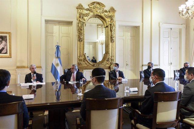 El presidente de Argentina, Alberto Fernández, junto con el ministro de Transporte, Mario Meoni; el presidente de Trenes Argentinos Operaciones, Martín Marinucci; y varios representantes de empresas chinas