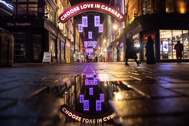 18 November 2020, England, London: People wander through Carnaby Street which is decorated with the Christmas lights as it appears almost empty due to the continuity of the four-week national lockdown to curb the spread of coronavirus. Photo: Dominic Lipi