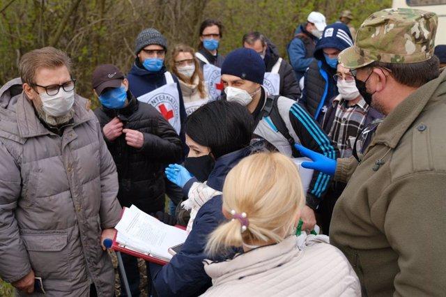 Ucranianos que regresan a territorio bajo control de Kiev tras estar detenidos por las fuerzas separatistas del este de Ucrania
