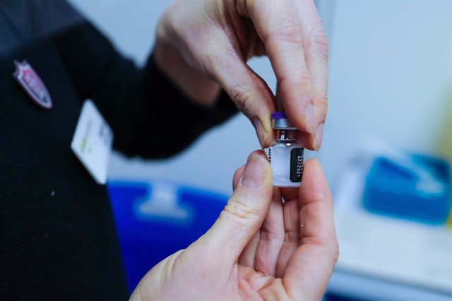 Frasco de la vacuna de Pfizer-Biontech usado durante una de las primeras jornadas de vacunación en Reino Unido