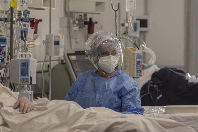 Una enfermera atienda a un paciente de coronavirus en un hospital de Sante Fe, en el norte de Argentina.