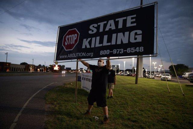 Foto de un hombre reclamando la abolición de la pena capital en Estados Unidos.