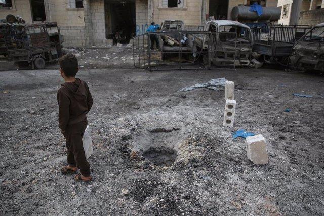 Cráter provocado por un bombardeo en Siria.