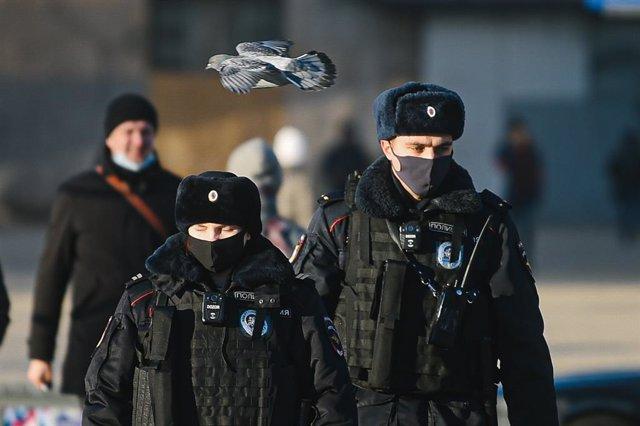 Dos policías con mascarilla en una calle de Moscú