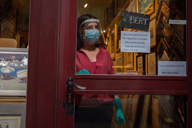 Anna María, propietaria de la tienda de marcos Art i Paper (Calle Craywinckel) atiende con cita previa a sus clientes.