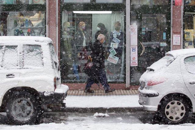 Un hombre camina en medio de una gran nevada en Becerrea, en Lugo, Galicia (España), a 4 de diciembre de 2020. Hoy se ha producido la primera gran nevada del otoño en la montaña lucense. La intensa nevada que está cayendo sobre el centro de la provincia d