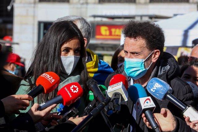 """La vicealcaldesa de Madrid, Begoña Villacís, y el portavoz de Ciudadanos en el Congreso, Edmundo Bal, atienden a los medios de comunicación en el acto en la Puerta del Sol de la Asamblea Nacional de Venezuela """"Venezuela alza la voz contra Maduro"""", en Madr"""
