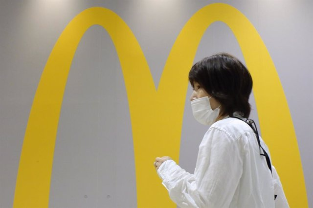 13 July 2020, Japan, Tokyo: A woman wears a protective face mask walks past a McDonald's store at a shopping district. Tokyo on Monday reported 119 new coronavirus infections, falling below 200 for the first time in five days. Photo: James Matsumoto/SOPA