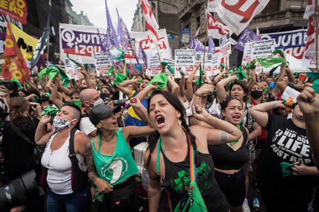 11 December 2020, Argentina, Buenos Aires: People in favour of abortion celebrate outside the National Congress after lawmakers have just approved the project for legal, secure and safe abortion. Photo: Alejo Manuel Avila/Le Pictorium Agency via ZUMA/dpa