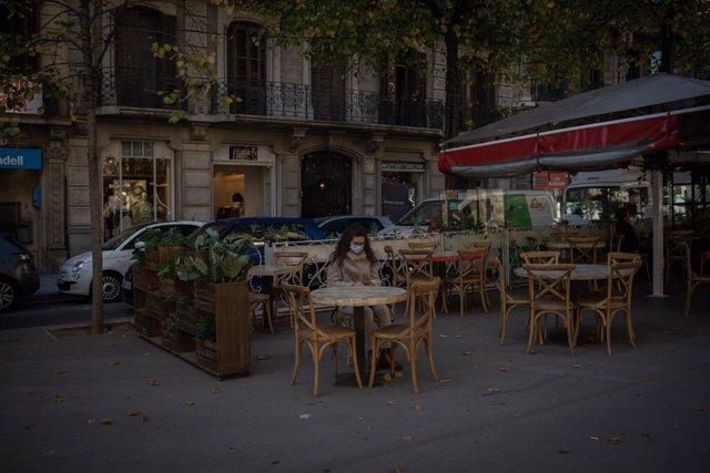 Els bars i restaurants obren a Catalunya després de flexibilitzar-se les mesures per frenar la segona ona de coronavirus, a Barcelona, el 23 de novembre del 2020.