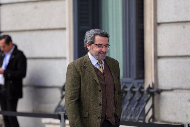 El senador del PSOE, Antonio Gutiérrez Limones, llega al Congreso en la segunda sesión de votación para la investidura del candidato socialista a la Presidencia del Gobierno en la XIV Legislatura, en Madrid (España), a 7 de enero de 2020.