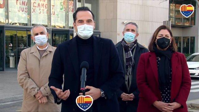 El vicepresident de la Comunitat de Madrid, Ignacio Aguado, el líder de Cs a Catalunya, Carlos Carrizosa, la líder de Cs a l'Ajuntament de Barcelona, Luz Guilarte, i el diputat de Cs en el Parlament Jorge Soler, en declaracions als mitjans.