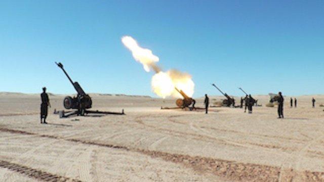 Piezas de artillería del Frente Polisario disparando en el Sáhara Occidental