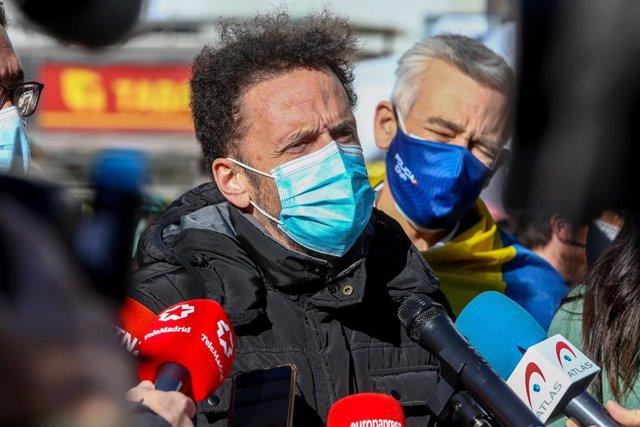 """El portaveu de Ciutadans al Congrés, Edmundo Bal, atén als mitjans de comunicació en l'acte en la Porta del Sol de l'Assemblea Nacional de Veneçuela """"Veneçuela alça la veu contra Maduro"""", a Madrid (Espanya), a 12 de desembre del 2020."""
