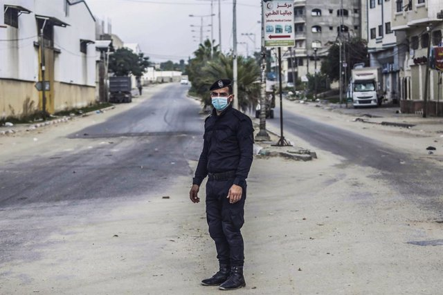 12 December 2020, Palestinian Territories, Gaza City: A Plaestinian policeman stands in an empty street during a two-day lockdown to curb the spread of the coronavirus. Photo: Mahmoud Issa/Quds Net News via ZUMA Wire/dpa