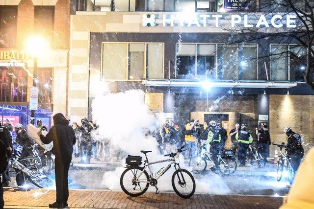 Imagen de una explosión ocasionada durante los choques entre manifestantes pro Trump del grupo de extrema derecha estadounidense 'Proud Boys' y los manifestantes de extrema izquierda de Antifa