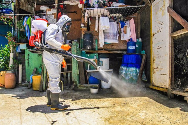 Un operario desinfecta las calles en la favela Santa Marta en el sur de Río de Janeiro.
