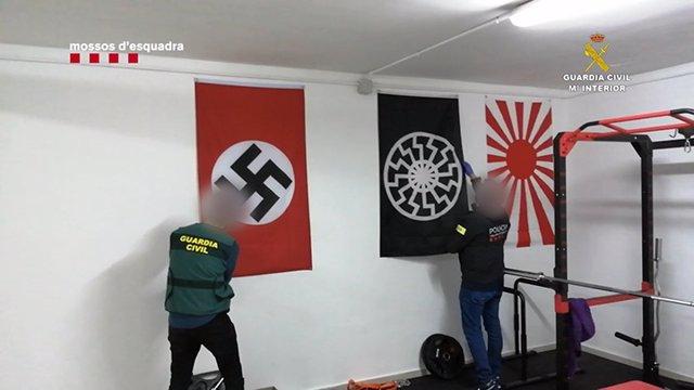 Detenidos dos hombres vinculados a la supremacía blanca por tenencia de armas y enaltecimiento del terrorismo racista