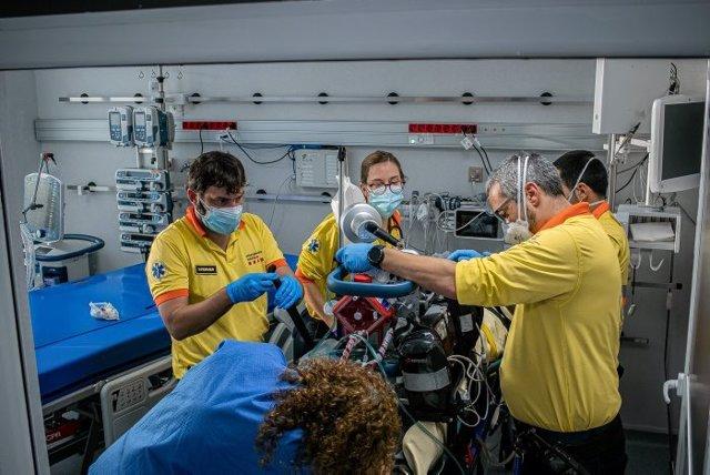 Professionals del SEM atenen a un pacient crític complex