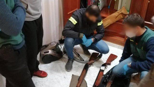 """Los Mossos d'Esquadra y la Guardia Civil detuvieron el jueves a dos personas de nacionalidad española presuntamente vinculadas con el supremacismo blanco que buscaban financiar """"comunidades blancas aisladas y armadas""""."""