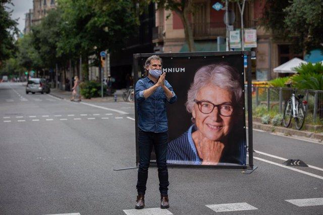 El president d'Òmnium Cultural, Jordi Cuixart, al costat d'una foto de l'expresidenta de l'entitat Muriel Casals.