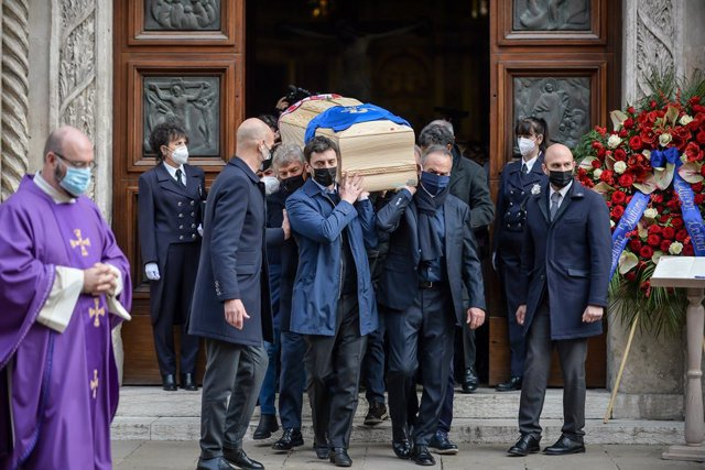 12 December 2020, Italy, Vicenza: Mourners carry the coffin of Italy's 1982 FIFA World Cup hero Paolo Rossi during his funeral at the Vicenza Cathedral., Rossi died two months after his 64th birthday following a battle with illness. Photo: Claudio Furlan/