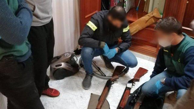 """Els Mossos d'Esquadra i la Guàrdia Civil van detenir el dijous a dues persones de nacionalitat espanyola presumptament vinculades amb el supremacismo blanc que cercaven finançar """"comunitats blanques aïllades i armades""""."""