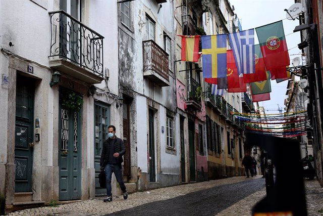 09 December 2020, Portugal, Lisbon: A man wearing a face mask walks through a street in the middle of the coronavirus pandemic. Photo: Pedro Fiuza/ZUMA Wire/dpa