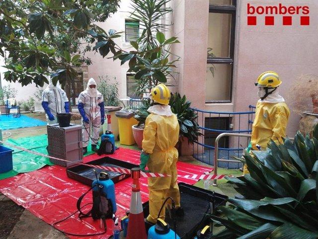 Els Bombers col·laboren en la desinfecció i el trasllat de residents del centro geriàtric de Cervera (Lleida).