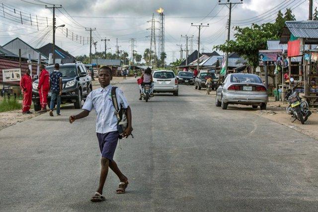 Un nen de camí a l'escola a Bayelsa, Nigèria