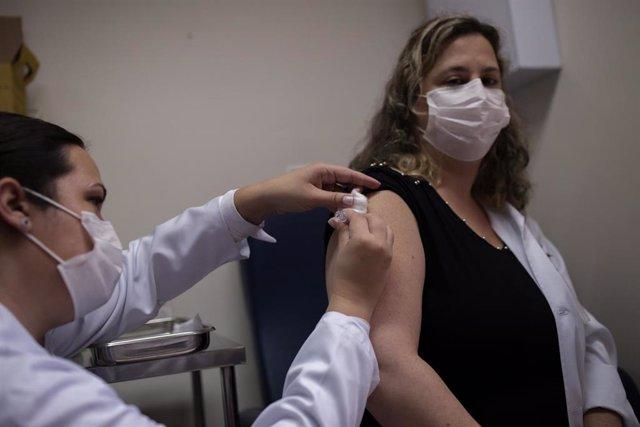 Una de las personas voluntarias en recibir la vacuna de la farmacéutica china Sinova en Brasil.
