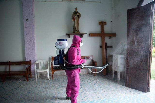 Labores de desinfección de una pequeña parroquia de la comunidad rural de Teocelo, en la ciudad de Veracruz, sureste de México.