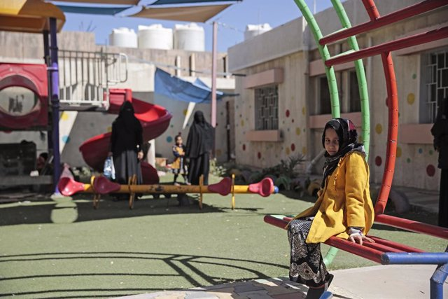 10 November 2020, Yemen, Sanaa: A Yemeni girl who has cancer, sits in a garden after receiving cancer treatment at the Oncology Centre in Sanaa. Children with leukemia get treatment at a medical center in Sanaa since the medical evacuation to outside Yeme