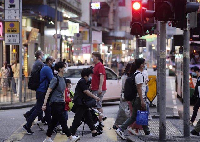Los habitantes de Hong Kong harán frente a partir de este miércoles a una nueva ronda de restricciones, cuando la ciudad de halla inmersa en la cuarta ola de coronavirus.